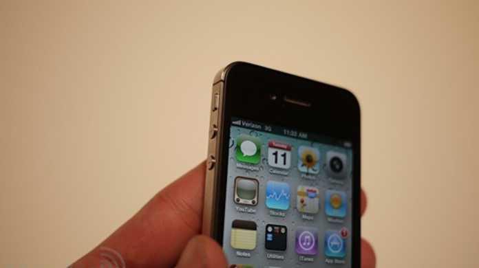 CDMA 版 iPhone 4 は iOS 4.2.5(Personal Hotspot)を搭載し SIM スロットはなし。