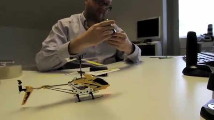 iPhoneでラジコンヘリコプターを操縦してるムービー。