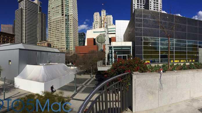 Apple Watchの発表会場に白いビニール?に覆われた謎の建物が登場。