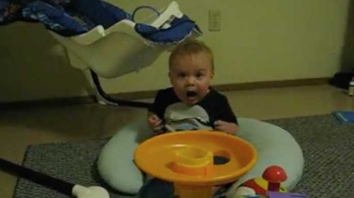 おっおっおおおー!!おもちゃに素晴らしいリアクションを魅せる赤ちゃん。
