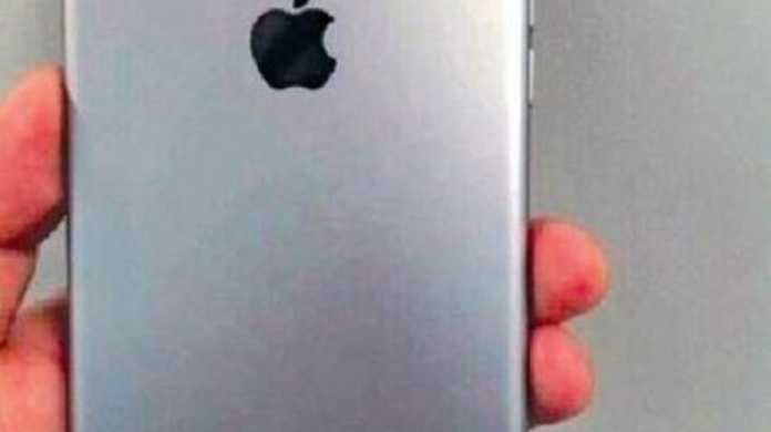 iPhone 7 Plusの背面画像?ダブルレンズだいぶボコってしてるな・・・。