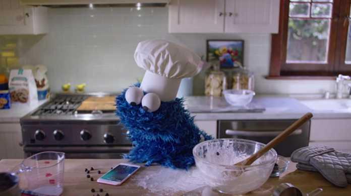 iPhone 6sのCM「Timer」が公開。クッキーモンスターがSiriで料理を作る。