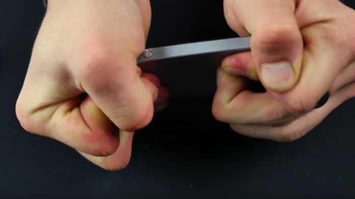 iPhone SEはヒトの手で曲げられる。