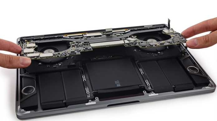 Touch Bar搭載のMacBook Pro 13インチ早くもバラバラに分解される。