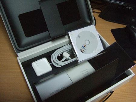 MacBook Airのケースに入ってた中身はこんな感じ。
