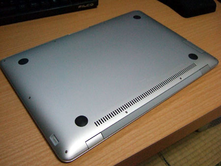 MacBook Airの裏側。
