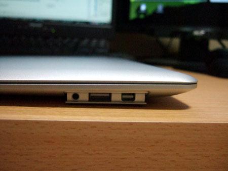 MacBook Airの噂の収納式のUSBポートですか!