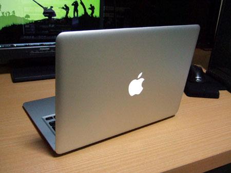 後ろからのMacBook Air